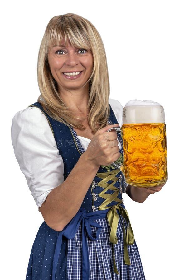 Ładna młoda kobieta trzyma szkło piwo przy Oktoberfest w Monachium zdjęcia stock