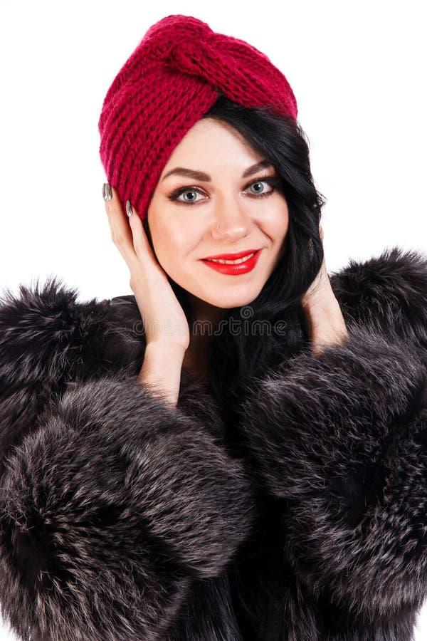 Ładna młoda kobieta w futerkowym żakiecie czarnym turbanie i obraz stock