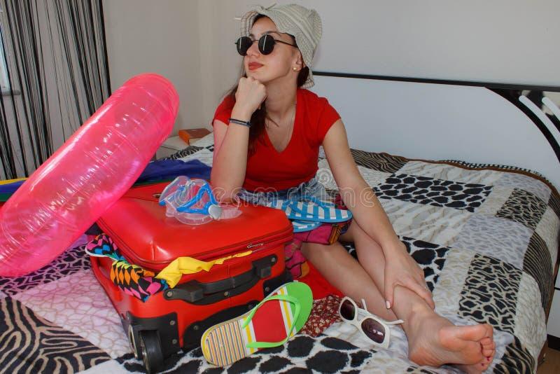 ładna młoda kobieta w kapeluszu z walizką obrazy stock