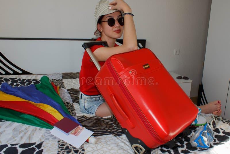 ładna młoda kobieta w kapeluszu z walizką obraz stock