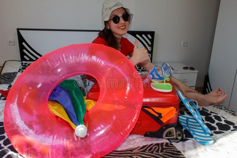 ładna młoda kobieta w kapeluszu z walizką zdjęcia stock