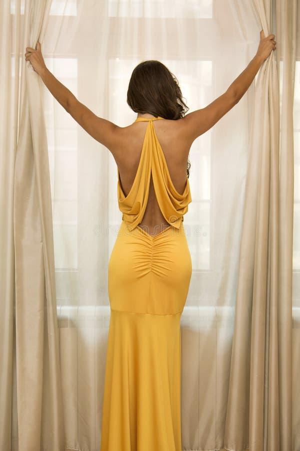 Ładna młoda kobieta w sukni obrazy stock