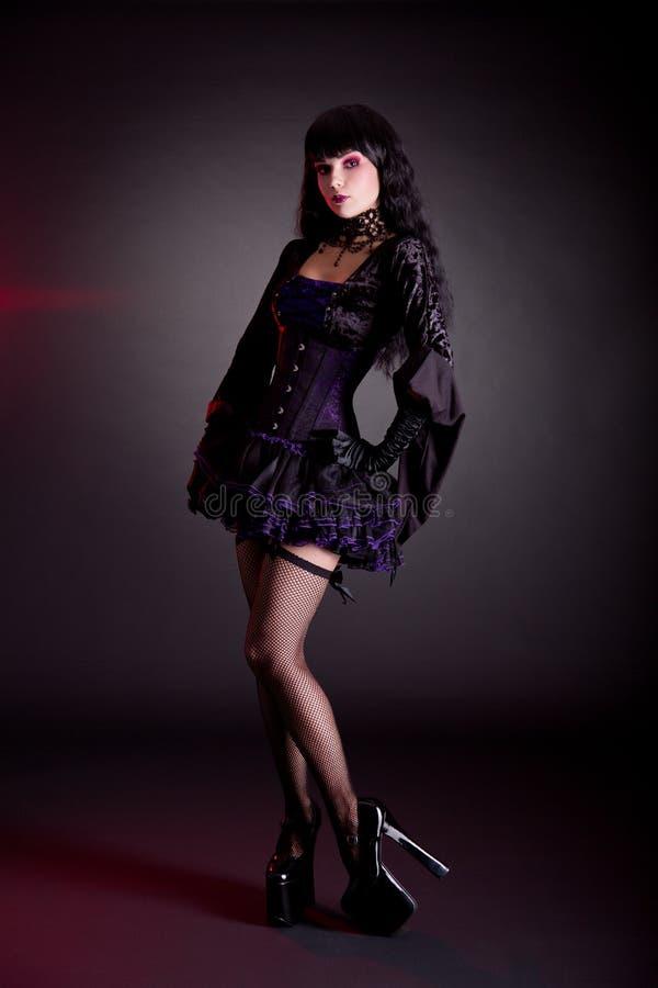 Ładna młoda kobieta w Wiktoriańskim purpur i czerni Halloween outfi fotografia royalty free