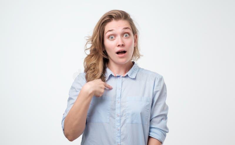 Ładna młoda kobieta wskazuje przy ona w podnieceniu jest szczęśliwy z sukcesem w błękitnej koszula zdjęcia stock