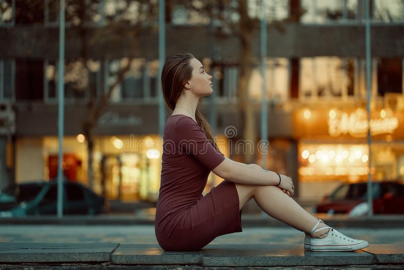 Ładna młoda kobieta z bajki twarzą uwypukla z miast światłami obrazy royalty free