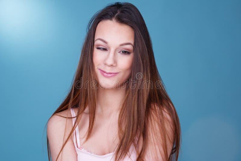 Ładna młoda kobieta z cudackim uśmiechem obrazy stock