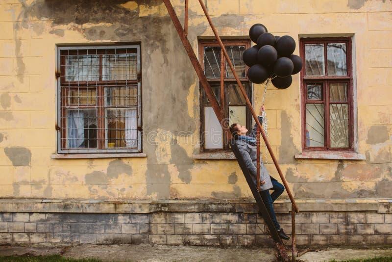 Ładna młoda kobieta z czarnymi balonami zdjęcia royalty free