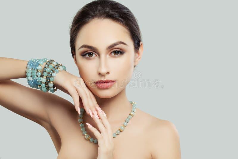 Ładna młoda kobieta z Makeup, manicure biżuterii bransoletka obrazy stock