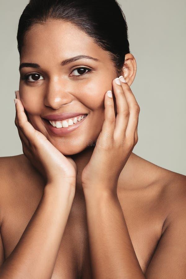 Ładna młoda kobieta z perfect zdrową skórą zdjęcia royalty free