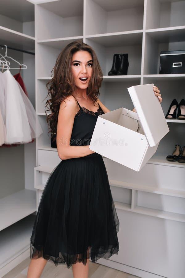 Ładna młoda kobieta z pudełkiem nowi buty zdjęcie stock