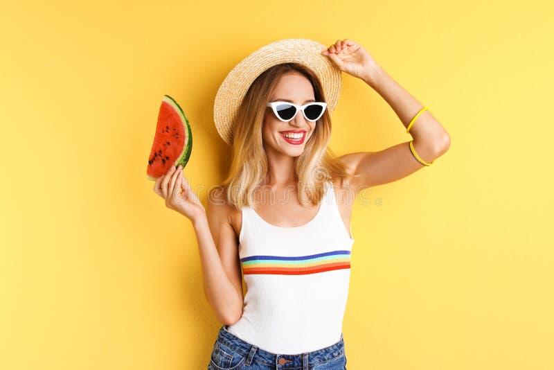 Ładna młoda kobieta z soczystym arbuzem zdjęcie stock