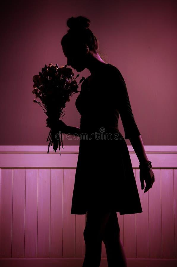 Ładna młoda kobieta z wiązką róże obraz stock