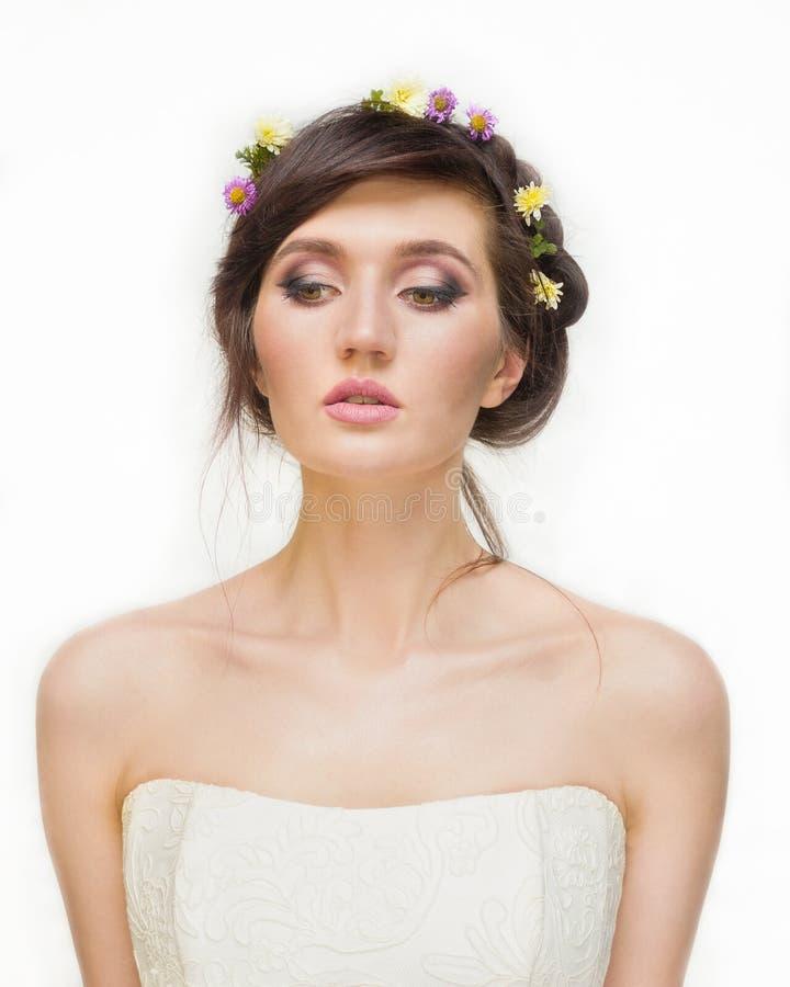 Ładna młoda kobieta z wiankiem Różowi kwiaty fotografia royalty free