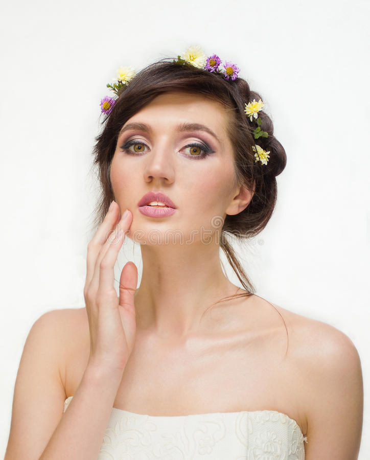 Ładna młoda kobieta z wiankiem Różowi kwiaty obraz royalty free