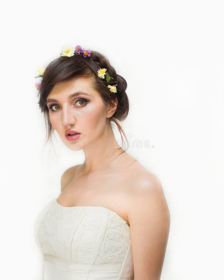 Ładna młoda kobieta z wiankiem Różowi kwiaty fotografia stock