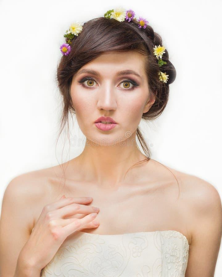 Ładna młoda kobieta z wiankiem Różowi kwiaty obrazy stock