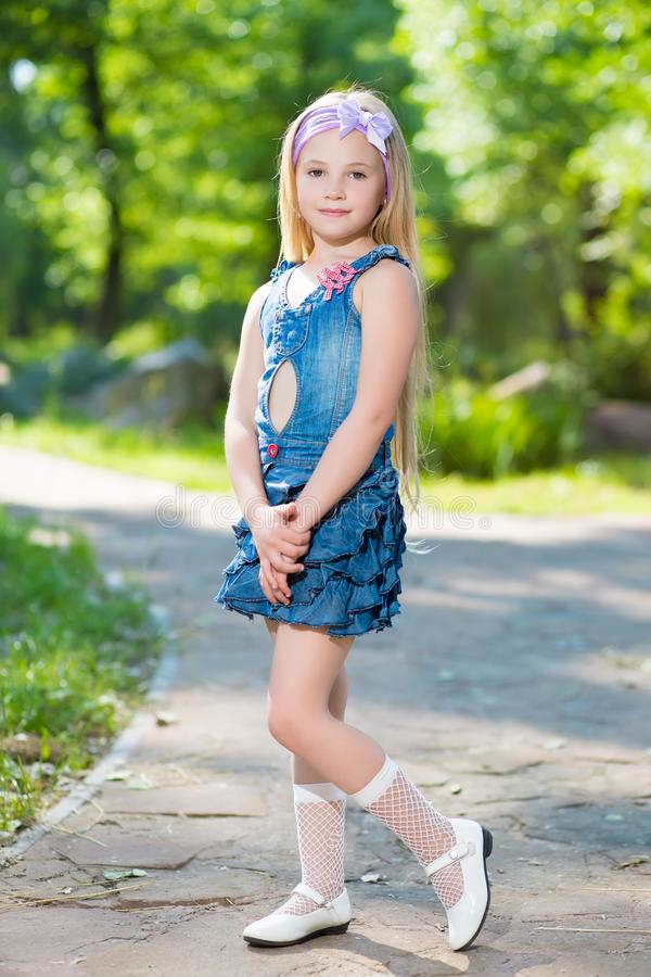 Ładna mała blond dziewczyna fotografia stock