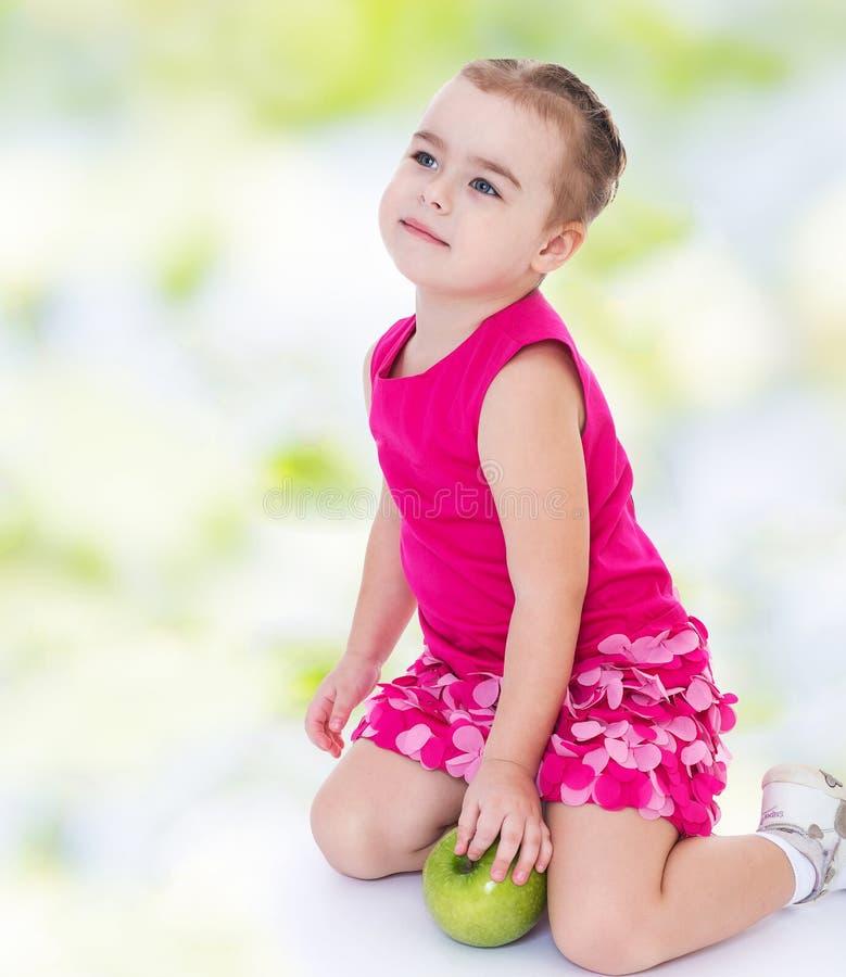 Ładna mała dziewczynka iść robić zakupy obraz royalty free