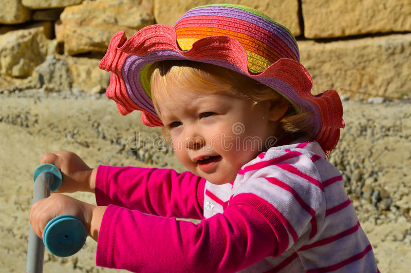 Ładna mała dziewczynka jedzie hulajnoga zdjęcie royalty free