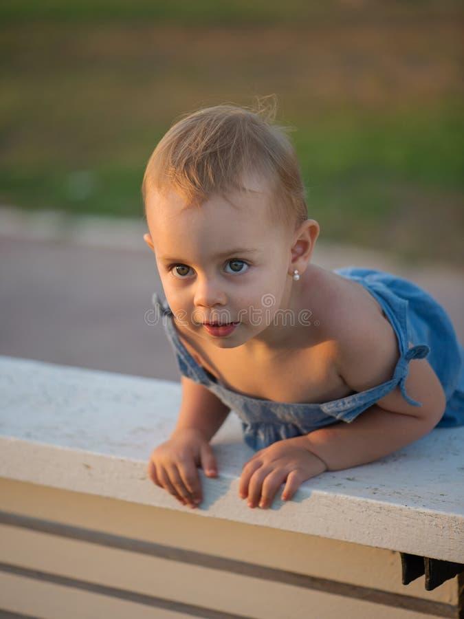 Ładna mała dziewczynka 2 roku obraz royalty free