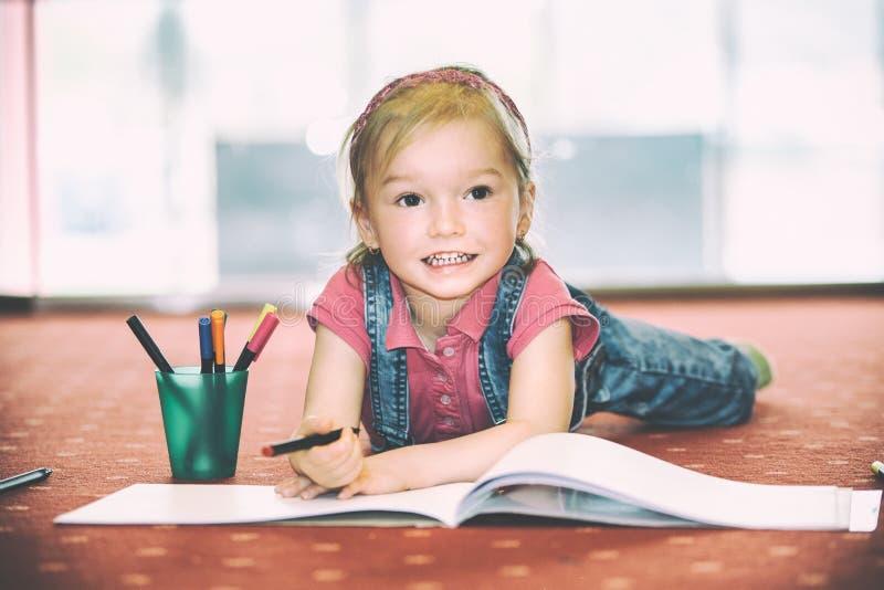 Ładna mała dziewczynka rysuje fotografia royalty free