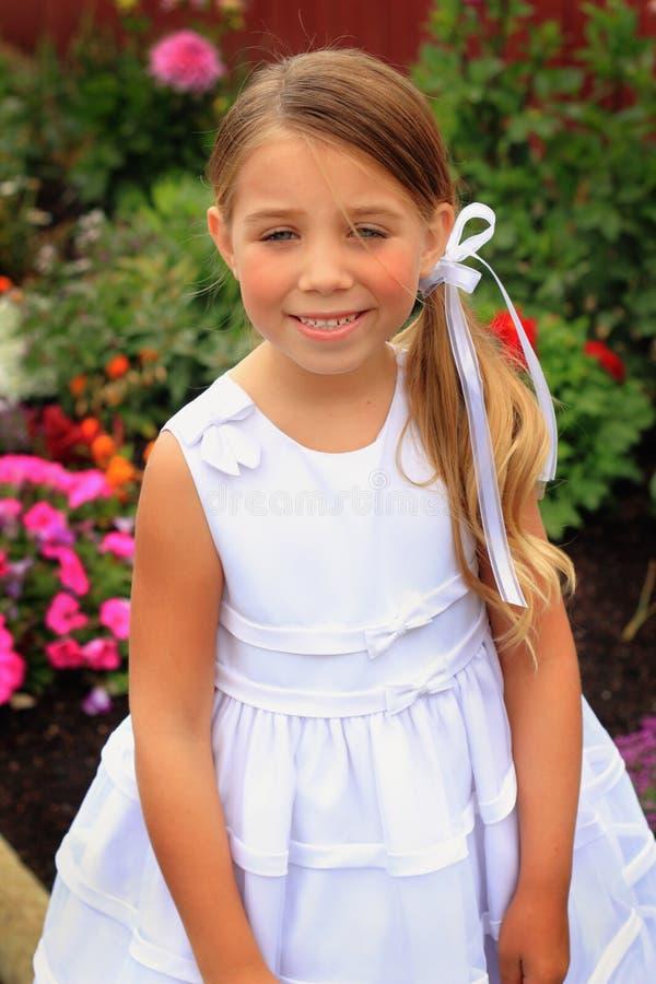 Ładna mała dziewczynka w biel sukni zdjęcia royalty free