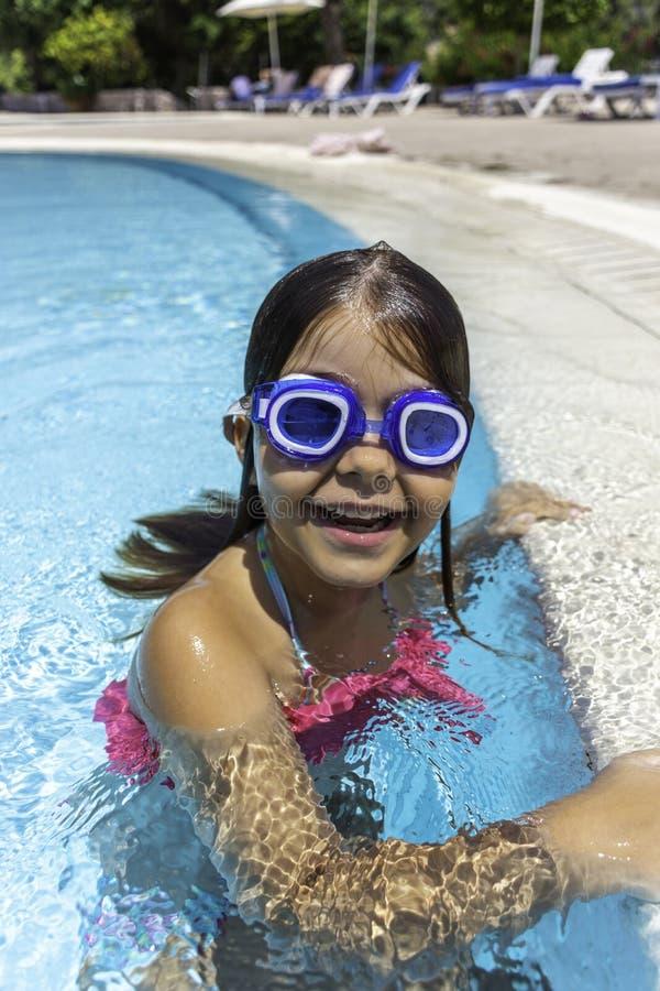 Ładna mała dziewczynka w pływackim basenie zdjęcia stock