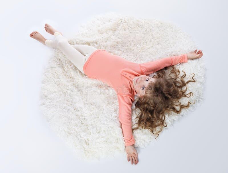 Ładna mała dziewczynka w piżamach fotografia stock