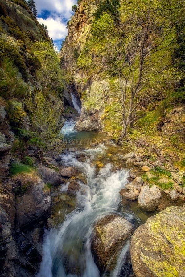Ładna mała rzeka i siklawa w dolinie od halnych Pyrenees Hiszpania doliny imię jesteśmy Vall De Nuria zdjęcia stock
