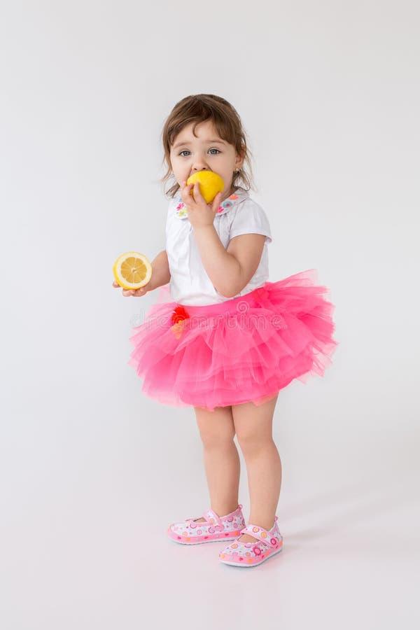 Ładna małe dziecko dziewczyna stoi nad białym tłem zdjęcia stock