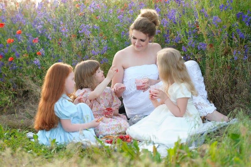 Ładna matka, trzy małego przyjaciela i córki cieszy się pic lub obraz royalty free