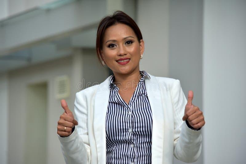 Ładna Mniejszościowa Biznesowa kobieta Jest ubranym kostium Z aprobatami fotografia stock