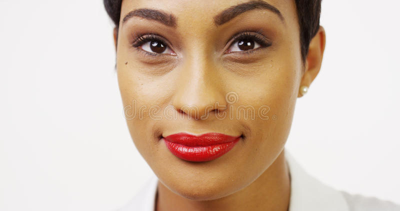 Ładna murzynka z czerwony pomadki ono uśmiecha się zdjęcia royalty free
