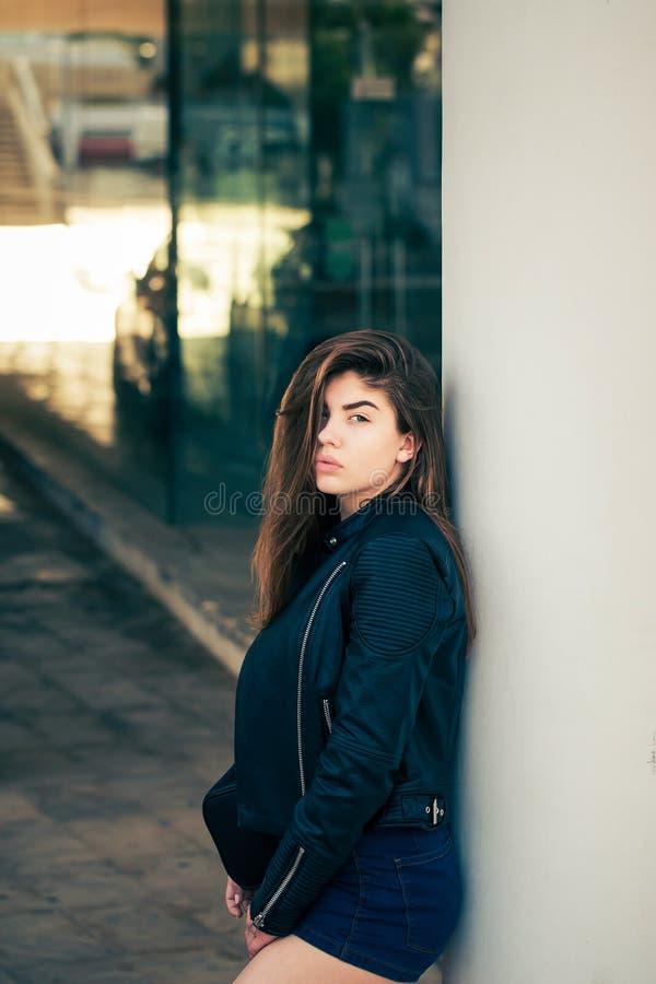 Ładna nastoletnia dziewczyna pozuje na ulicie obrazy stock