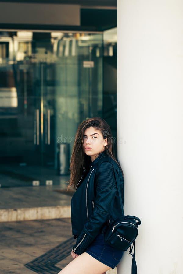 Ładna nastoletnia dziewczyna pozuje na ulicie zdjęcie royalty free