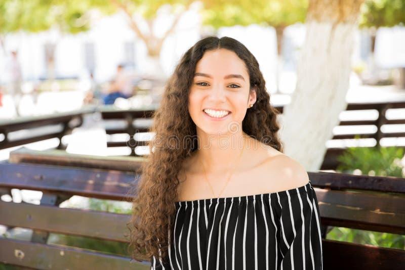 Ładna nastoletnia dziewczyna z pięknym uśmiechem zdjęcie stock
