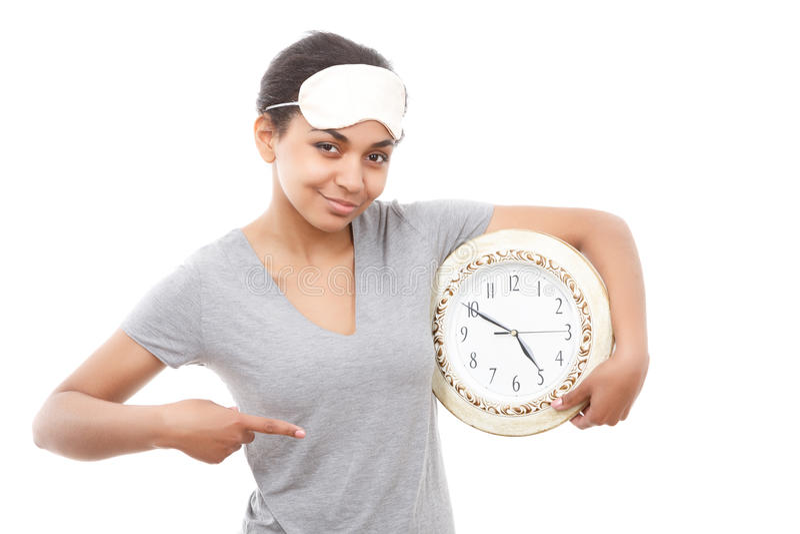 Ładna oliwkowa dziewczyna pozuje z zegarem fotografia royalty free