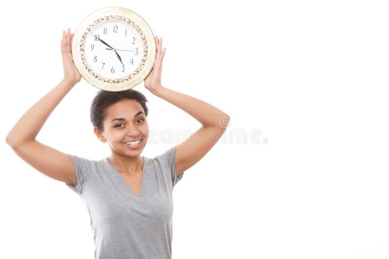 Ładna oliwkowa dziewczyna pozuje z zegarem obrazy royalty free