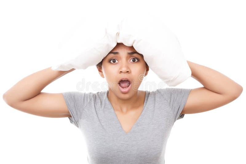 Ładna oliwkowa dziewczyna z poduszką na głowie fotografia stock