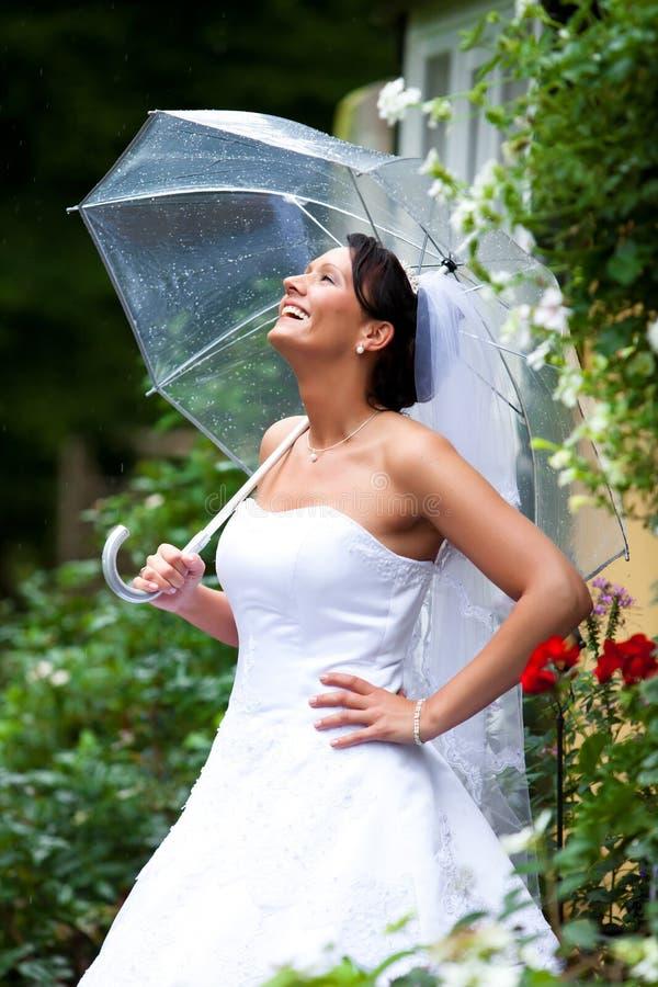 Ładna panna młoda w deszczu obraz stock