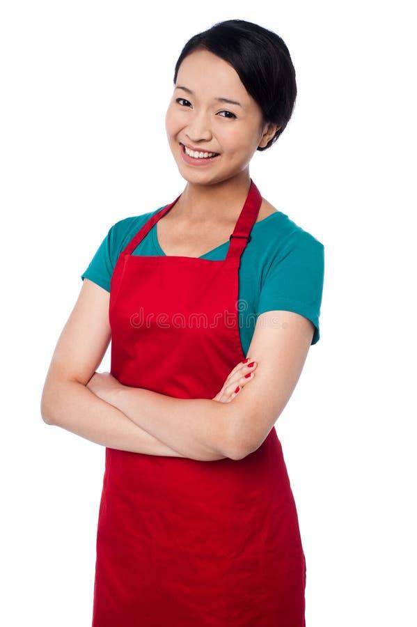 Ładna piekarniana kobieta pozuje z rękami składać obrazy stock