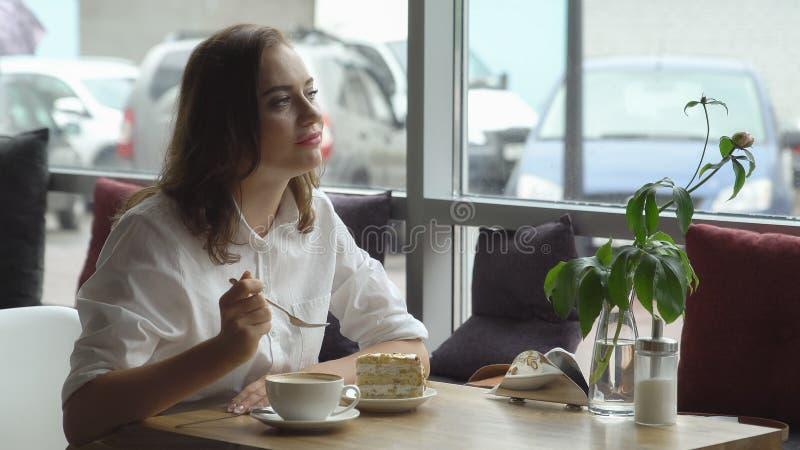 Ładna pije kawa w kawiarni młoda kobieta w biznesie odziewa na przerwa na lunch obraz stock