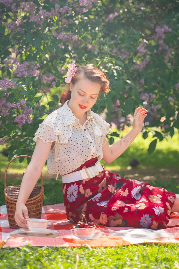 Ładna potomstwo szpilka w górę dziewczyny ma odpoczynek na naturze szczęśliwa szczupła młoda kobieta jest ubranym rocznika smokin zdjęcie stock