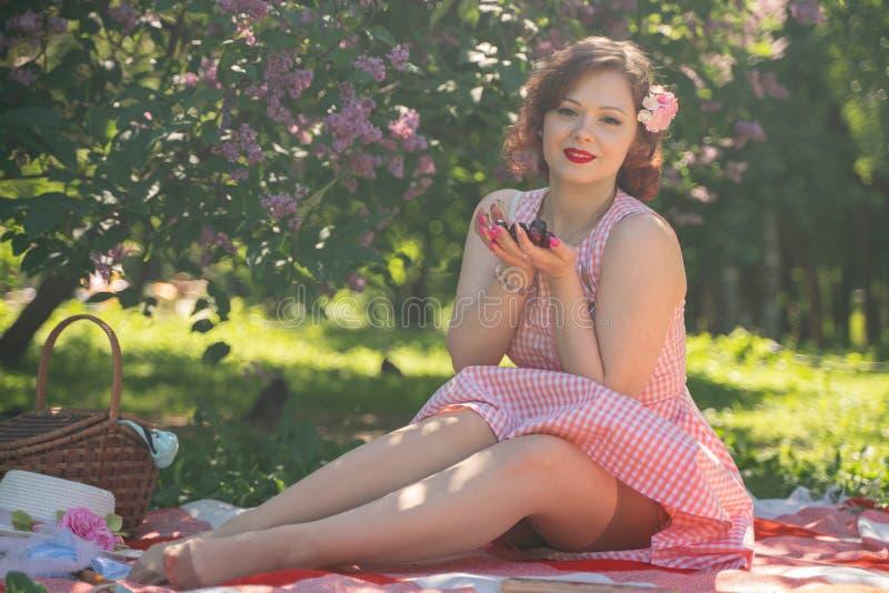 Ładna potomstwo szpilka w górę dziewczyny ma odpoczynek na naturze szczęśliwa szczupła młoda kobieta jest ubranym rocznika smokin obraz royalty free