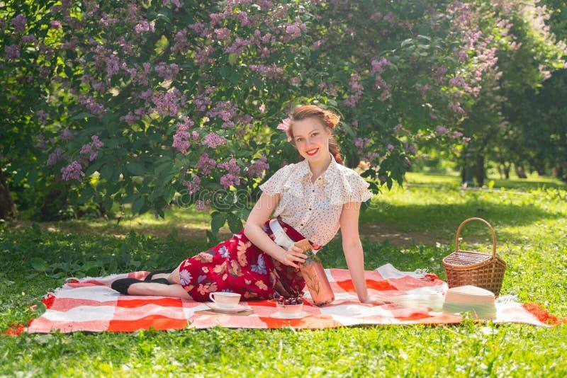 Ładna potomstwo szpilka w górę dziewczyny ma odpoczynek na naturze szczęśliwa szczupła młoda kobieta jest ubranym rocznika smokin obraz stock