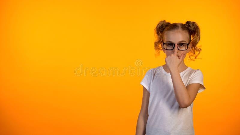 Ładna preteen uczennica przystosowywa szkła i patrzeje kamera, okulistyka zdjęcie royalty free
