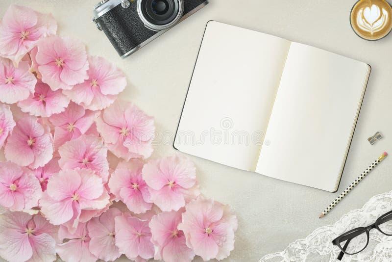 Ładna Projektująca Desktop Mockup fotografia z notatnikiem obrazy stock