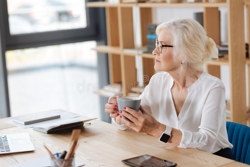 Ładna rozważna kobieta ma przerwę od pracy obraz stock