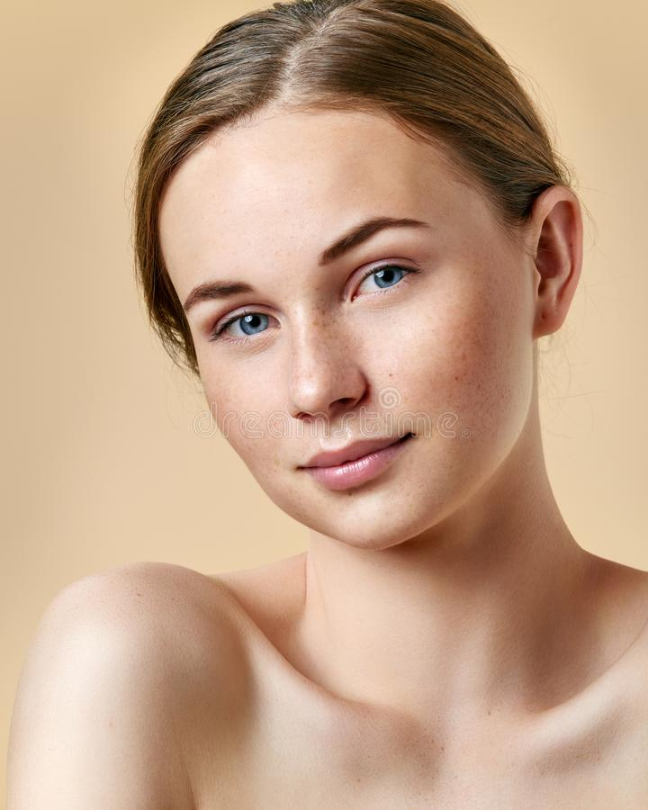 Ładna rudzielec nastoletnia dziewczyna z niebieskimi oczami i piegami, uśmiechnięty i patrzejący kamerę Model z lekkim nagim maki obrazy royalty free