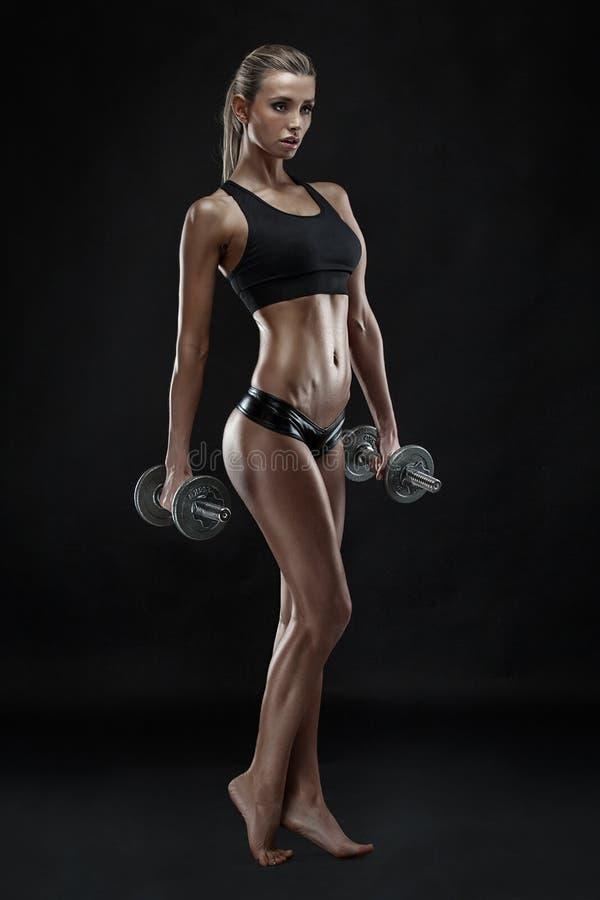 Ładna seksowna kobieta robi treningowi z dumbbell zdjęcia royalty free